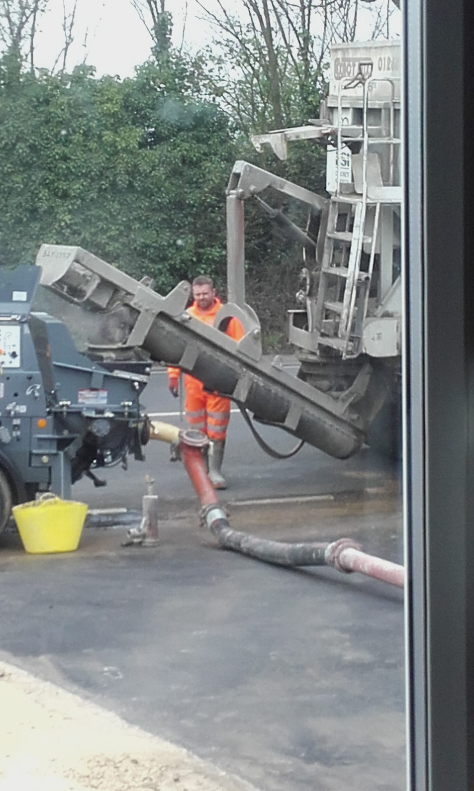 concrete lorry pouring into the pump